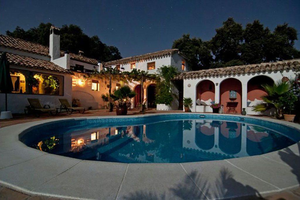 בית עם בריכה בחצר. רישום נכסים