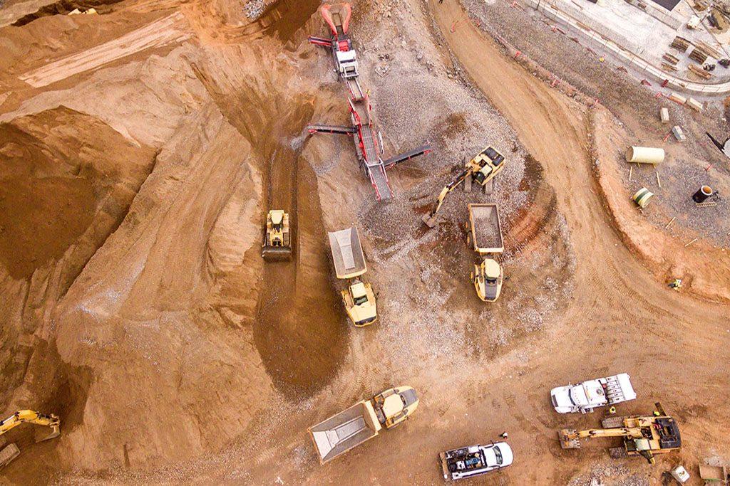 אדמה בהכנה לקראת בנייה. משאית ודחפורים. ייצוג בעלי קרקע בעסקאות קומבינציה ועסקאות ביצוע מול קבלנים/יזמים