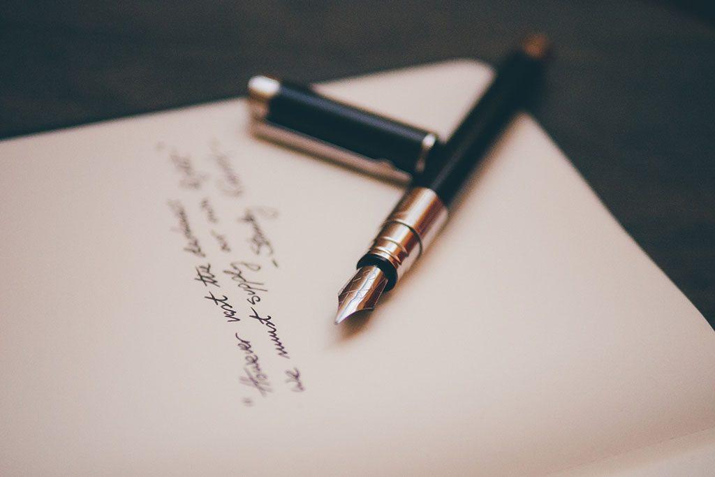 עט נובע על מסמך צוואה